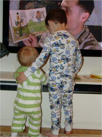 US kids watch Dad read